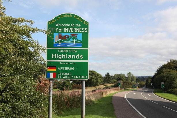 Ortsschild Inverness mit Partnerstadt Augsburg
