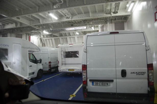 Parkplatz im Bauch des Schiffes