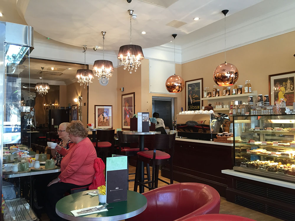 Lecker Kuchen und Tee bzw. Choc im Café Valérie