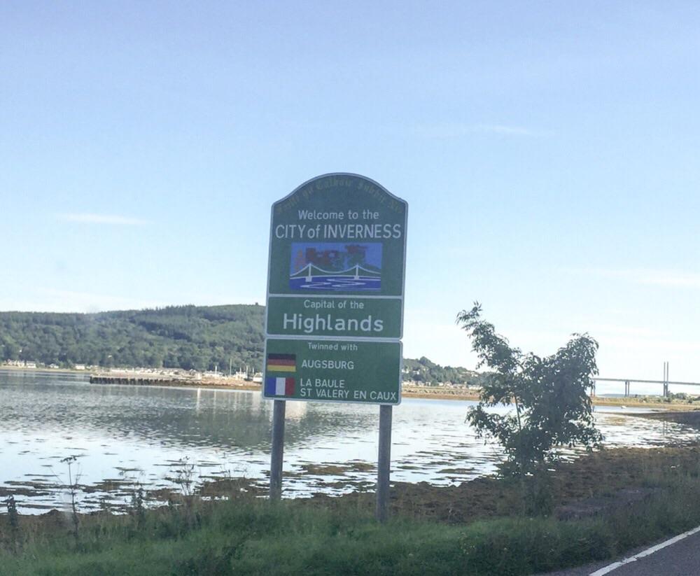 Im zweiten Anlauf hats geklappt - das Ortsschild von Inverness