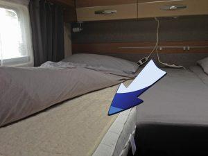 Unter dem Spannbetttuch installiert isoliert es und wärmt von unten, zumindest die ersten Minuten.