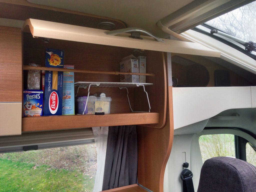 Barkeeper sorgt für Sicherheit und Ordnung im Wohnmobil-Oberschrank