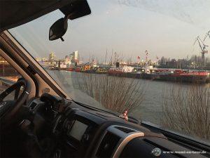 Wohnmobil Stellplatz Hamburg Hafen Landungsbrücken Blick Richtung Elbphilharmonie