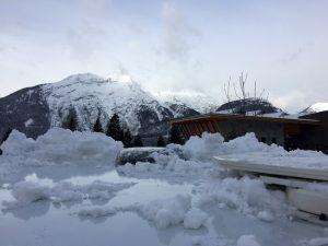 Regelmäßig beim Wintercamping und spätestens vor der Abfahrt: Vorsichtig Schnee vom Dach kehren