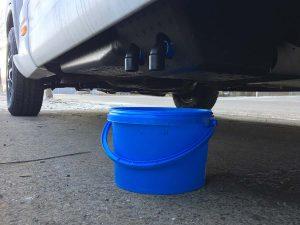 Ein Eimer fängt Abwasser auf und muss regelmäßig geleert werden
