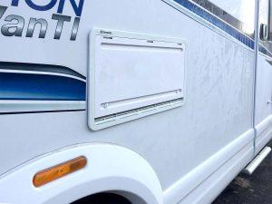 Weniger kalte Zugluft beim Wintercamping: Abdeckungen für die Kühlschrank-Lüfteröffnungen