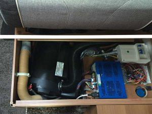 Truma Combi Heizung im Wohnmobil, hier im Sitzkasten eingebaut