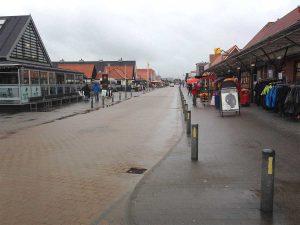 Die Hauptstraße in Henne Strand