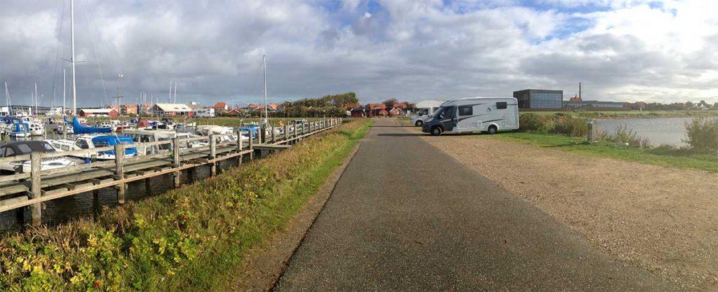 Die erste Übernachtung auf dem wunderschönen Stellplatz am Hafen in Ringköbing mit dem Leihwohnmobil.