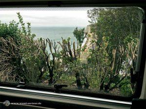 Ausblick aus dem Womi-Fenster auf Étretat