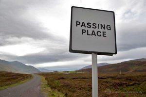 Ausweichplätze gibt es in regelmäßigem Abstand auf den Single Track Roads in Schottland