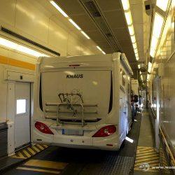 Wohnmobil im Eurotunnel Zug
