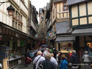 Enge mittelalterliche Gassen mit Geschäften