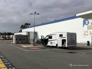 Wohnmobil Bretagne Entsorgungsstation mit Waschmaschinen bei Leclerc